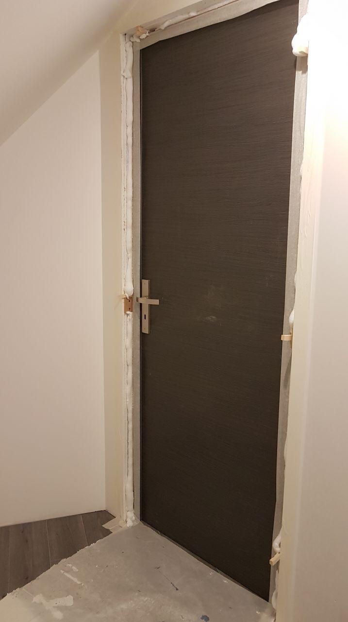 Mise en place de la mousse polyuréthane autour du bloc porte chambre 3
