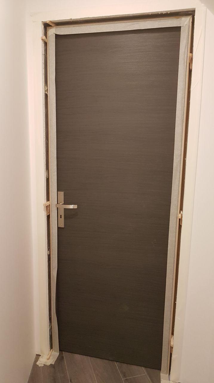 Mise en place de la porte pour reglage du bati avant mousse polyurethane