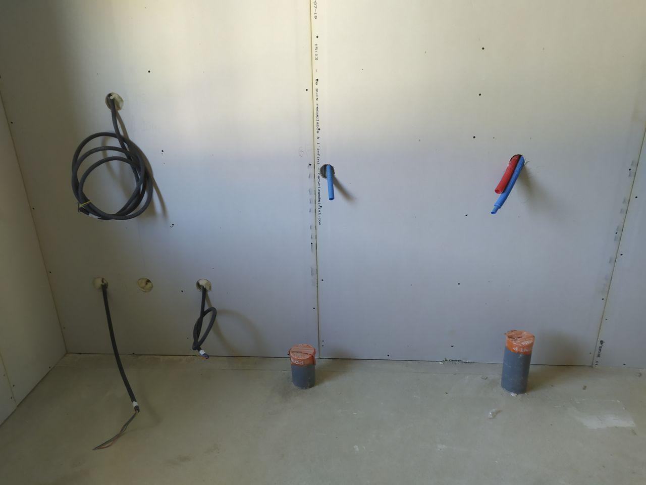 évacuations sortant de la dalle avant pose des coudes et réducteurs de diamètre