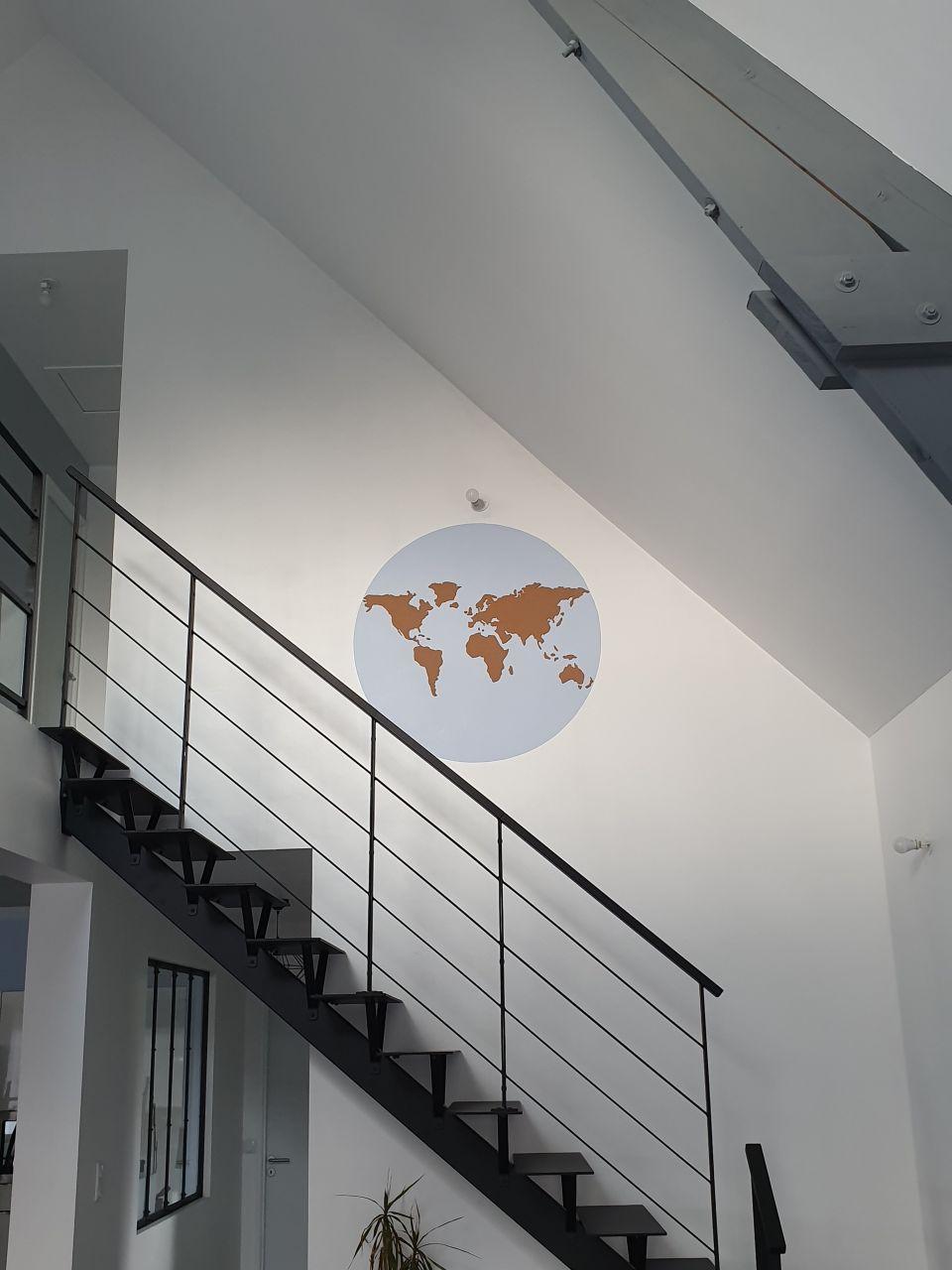 Decoration en cours sur le mur de l'escalier