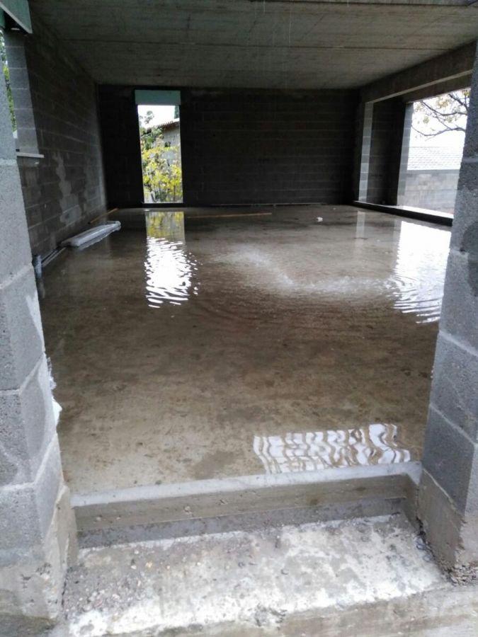 Vue de la piscine avant pose toiture.. Suite aux épisodes de pluies intenses