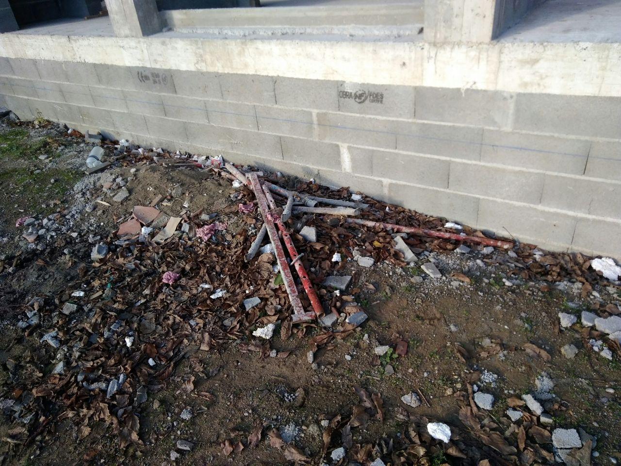 Détritus laissé devant la maison