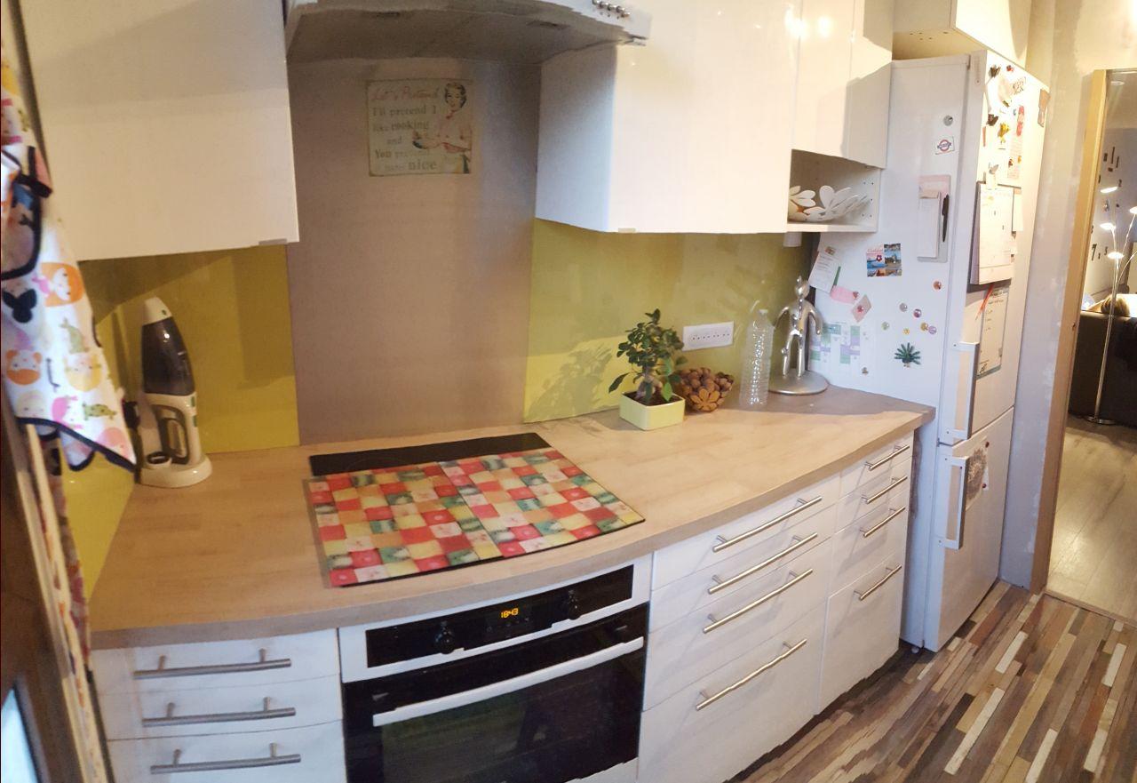 Pose du nouveau plan de travail et 2 nouveaux meubles hauts autour du frigo.