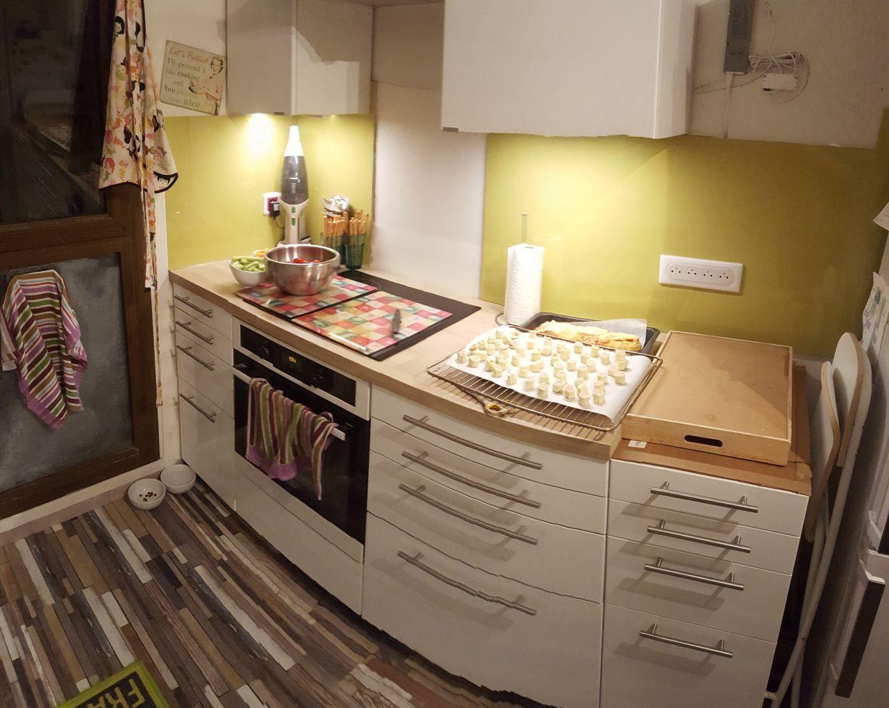 Élargissement de la crédence et pose d'un nouveau meuble à côté du frigo.