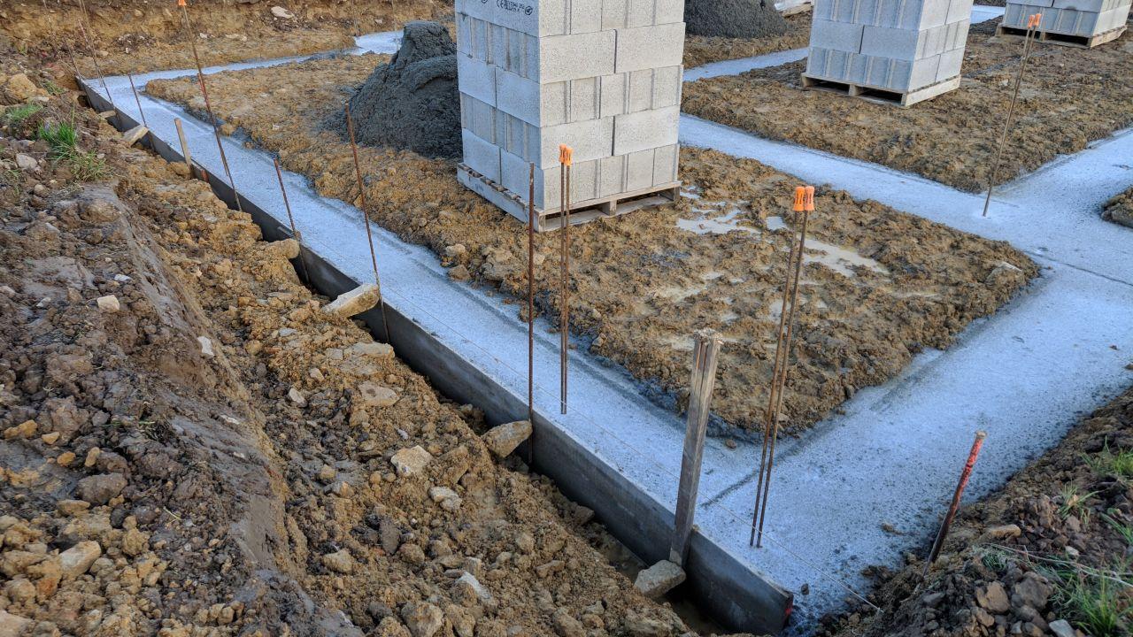 Fondations coulées, avec coffrage côté pignon garage et limite de propriété