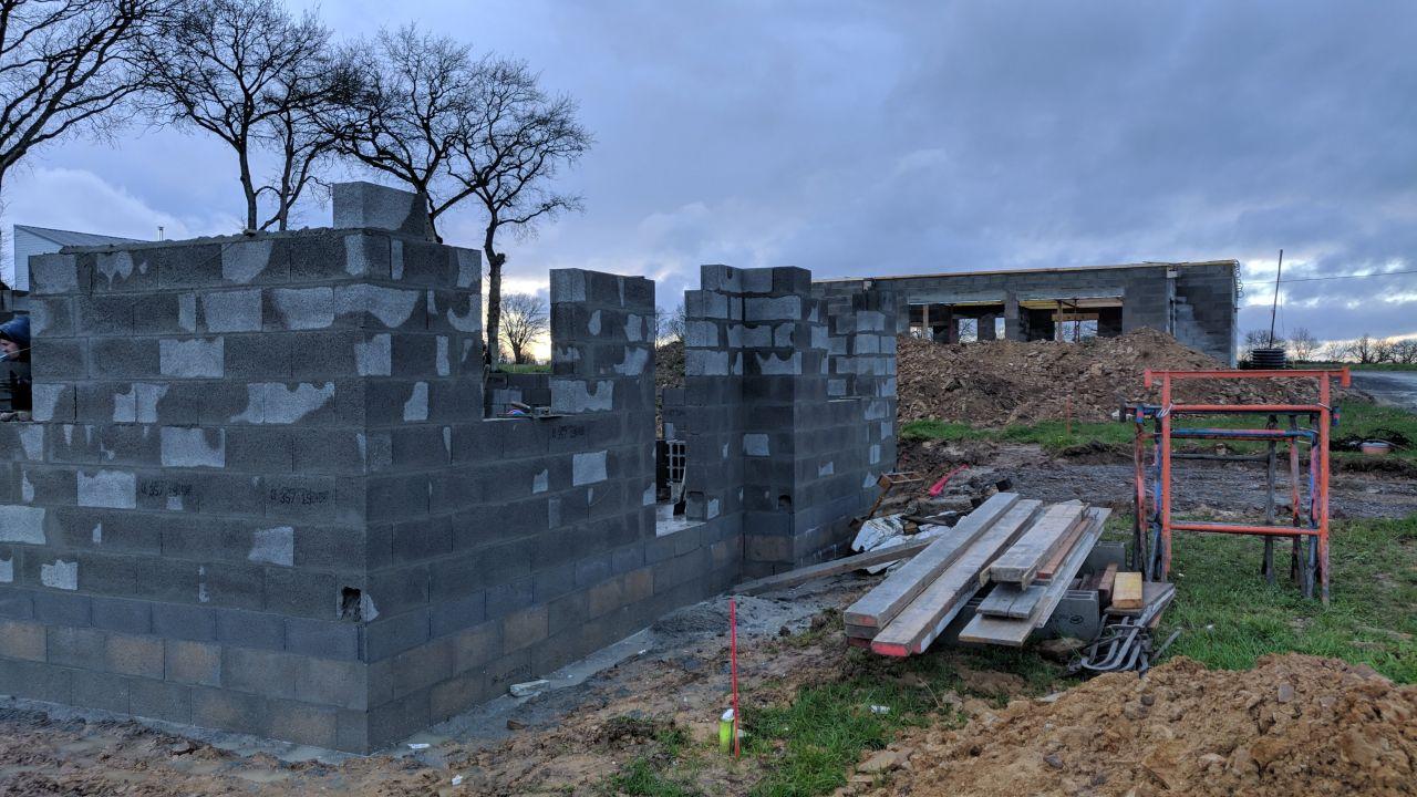 Élévation des murs du RDC en cours