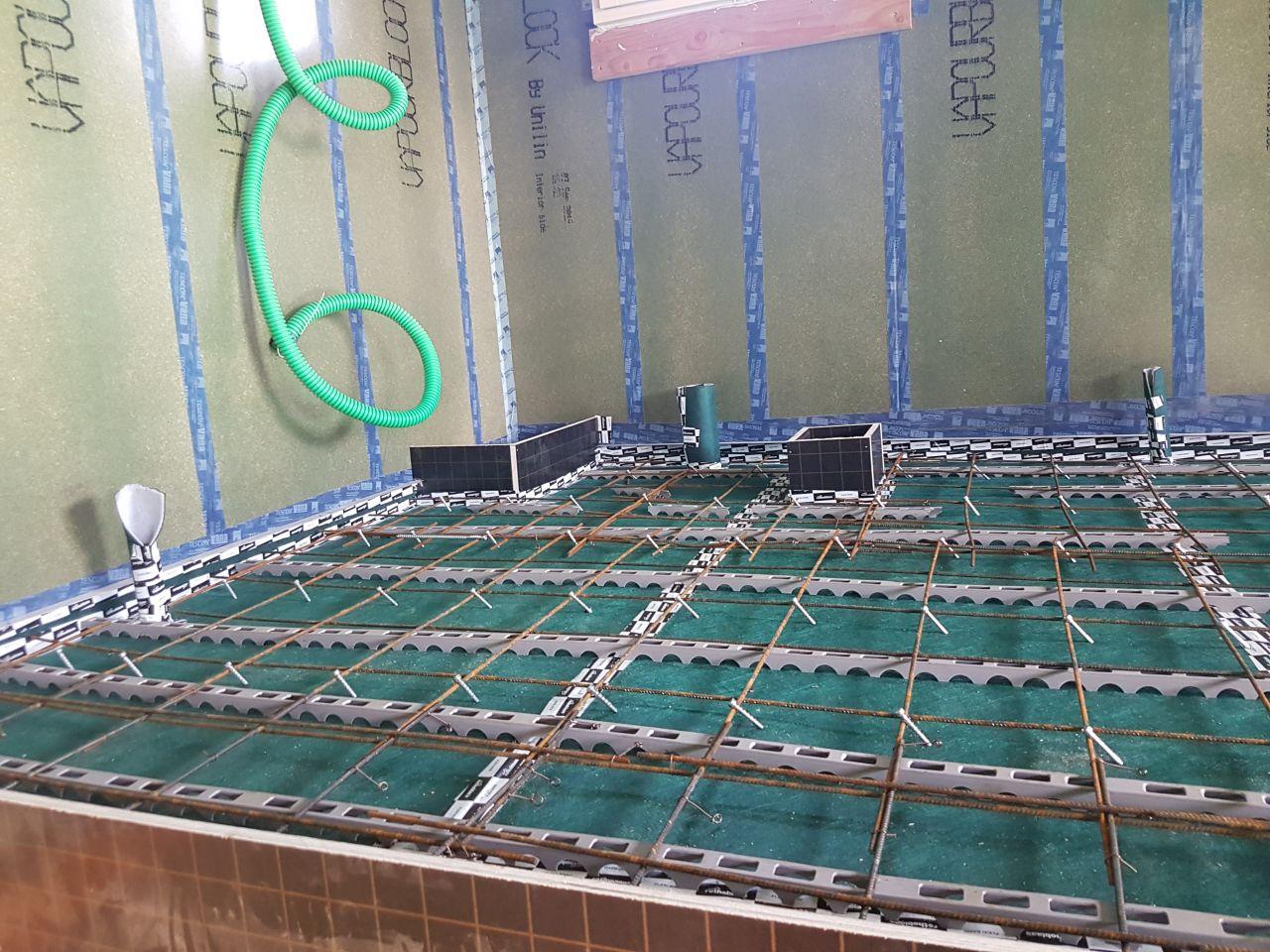 plancher collaborant bois/béton par Bessiere Ouvrage Bois - zone de la salle de bain avec réservations ponctuelles (douche, gaine technique, WC, trappe à linge et évier de gauche à droite)