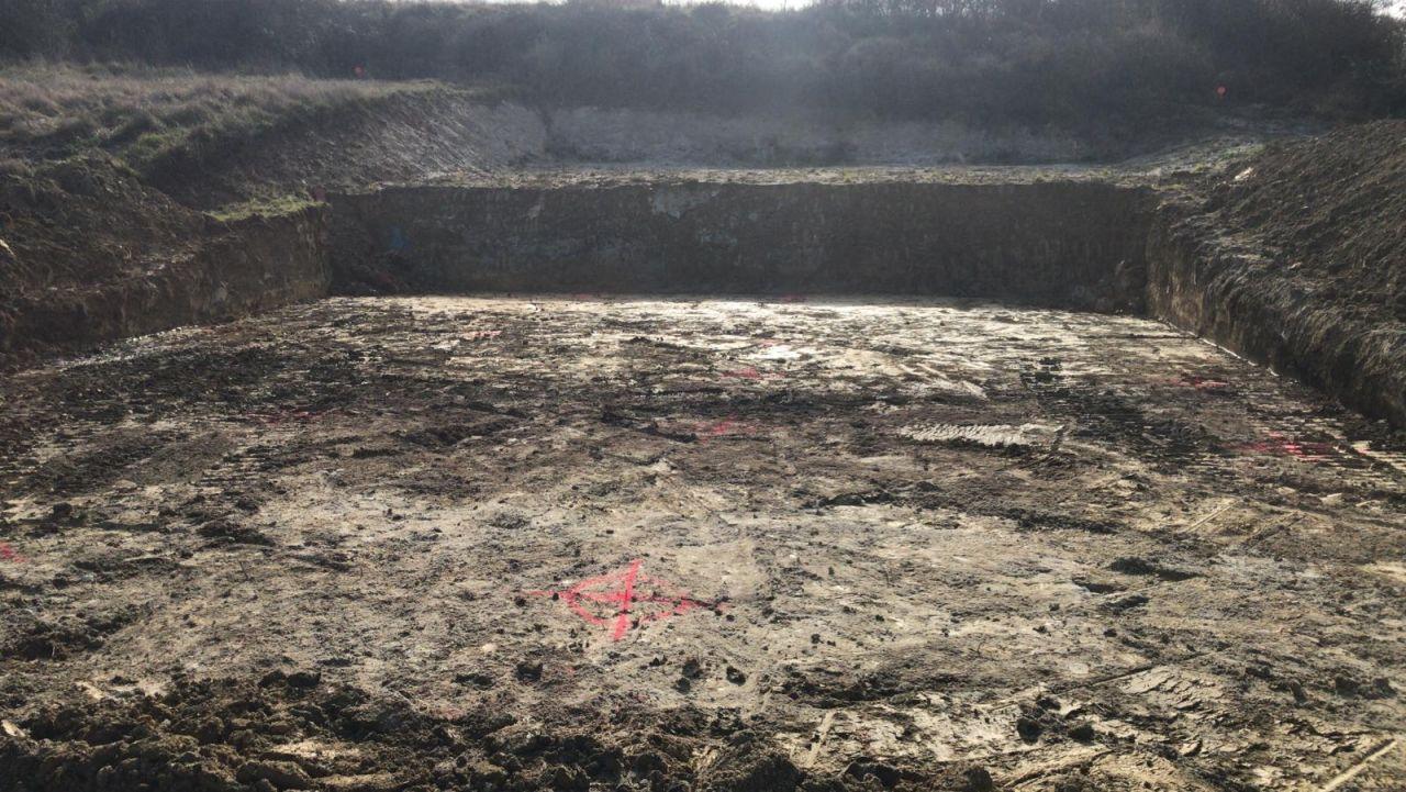 Decapage du terrain, préparation du plateau avant fondation