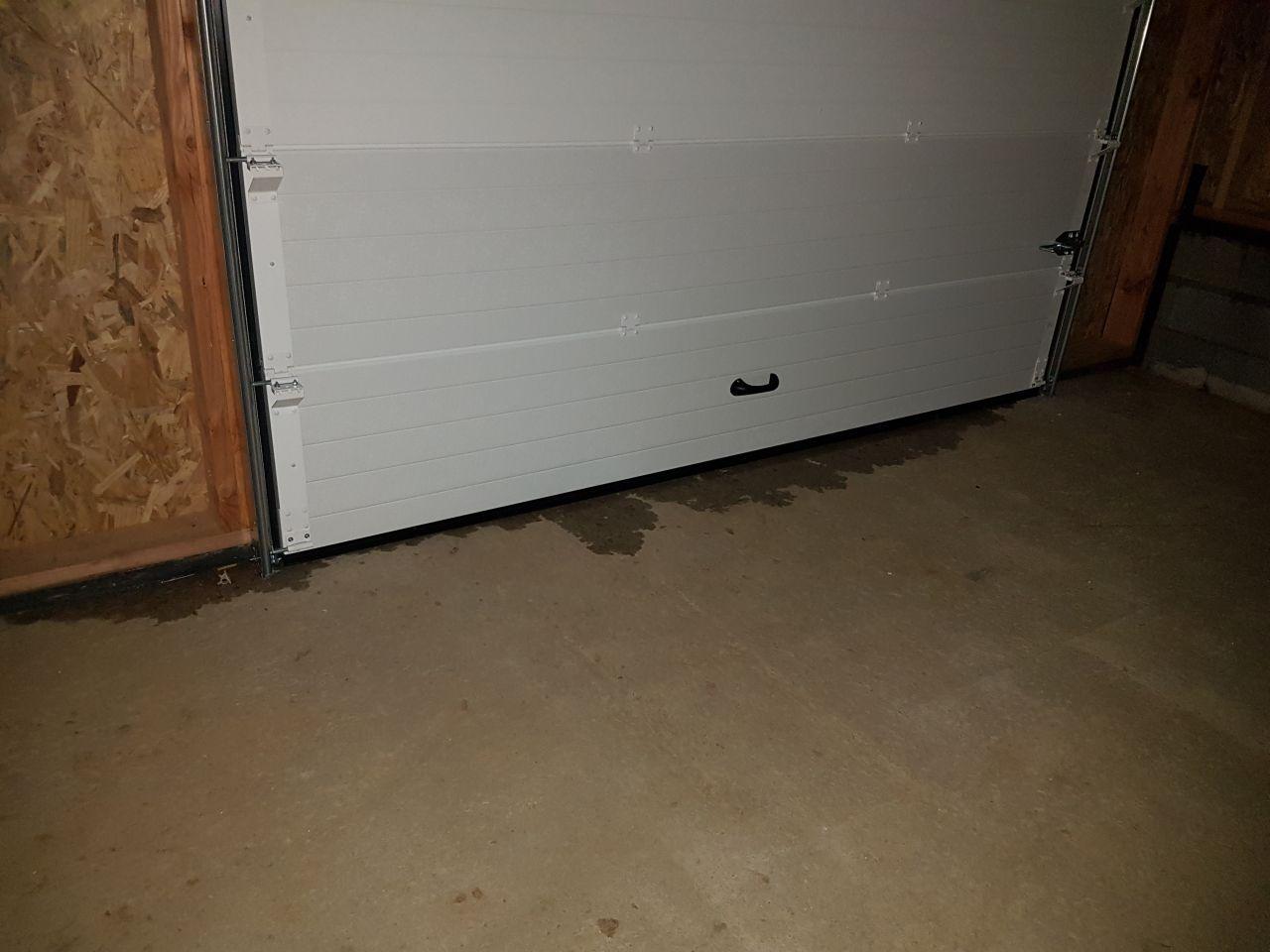 la porte de garage Aludoor a été posée lundi 3 février, sauf que l'eau s'infiltre car on n'a pas prévu de pente pour l'écoulement des eaux de pluie