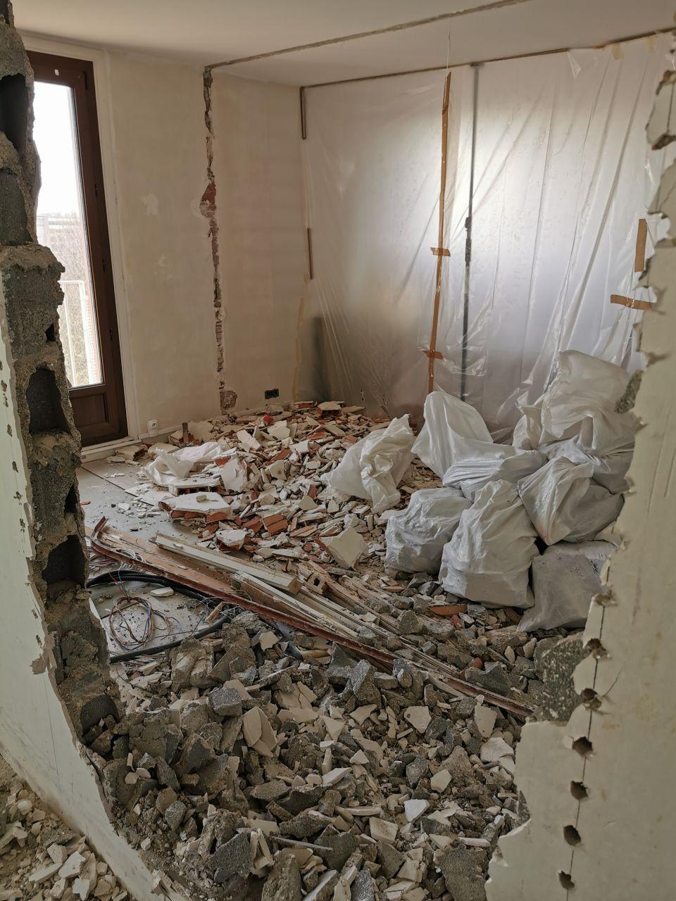 Ouverture : percement quasi fini et abattage de la cloison Séjour/Chambre