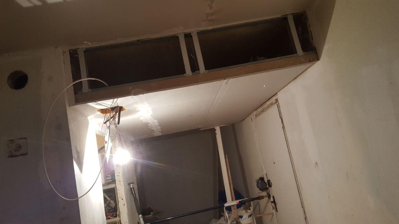 Future buanderie :  <br /> Faux plafond de l'entrée / Coffre de rangement mise à nu pour faire passer tous les câbles puis refermé.