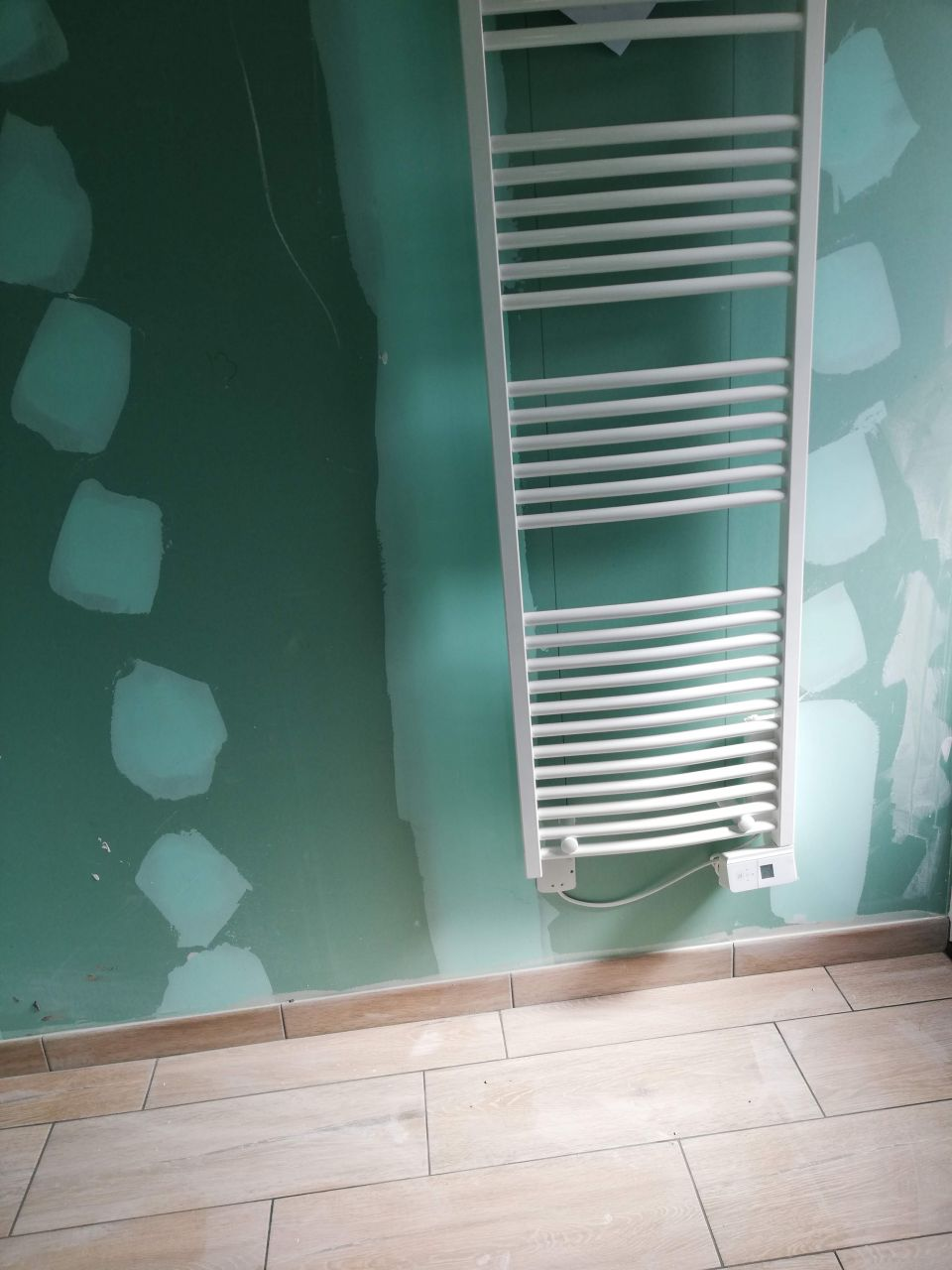 Sèche serviette et carreaux imitation parquet de la sale de bain de la suite parentale