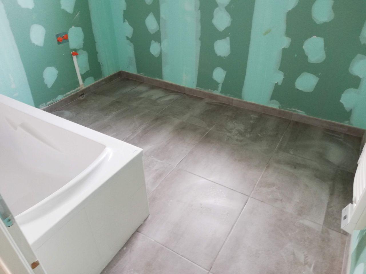 Le carrelage de la salle de bain à l'étage