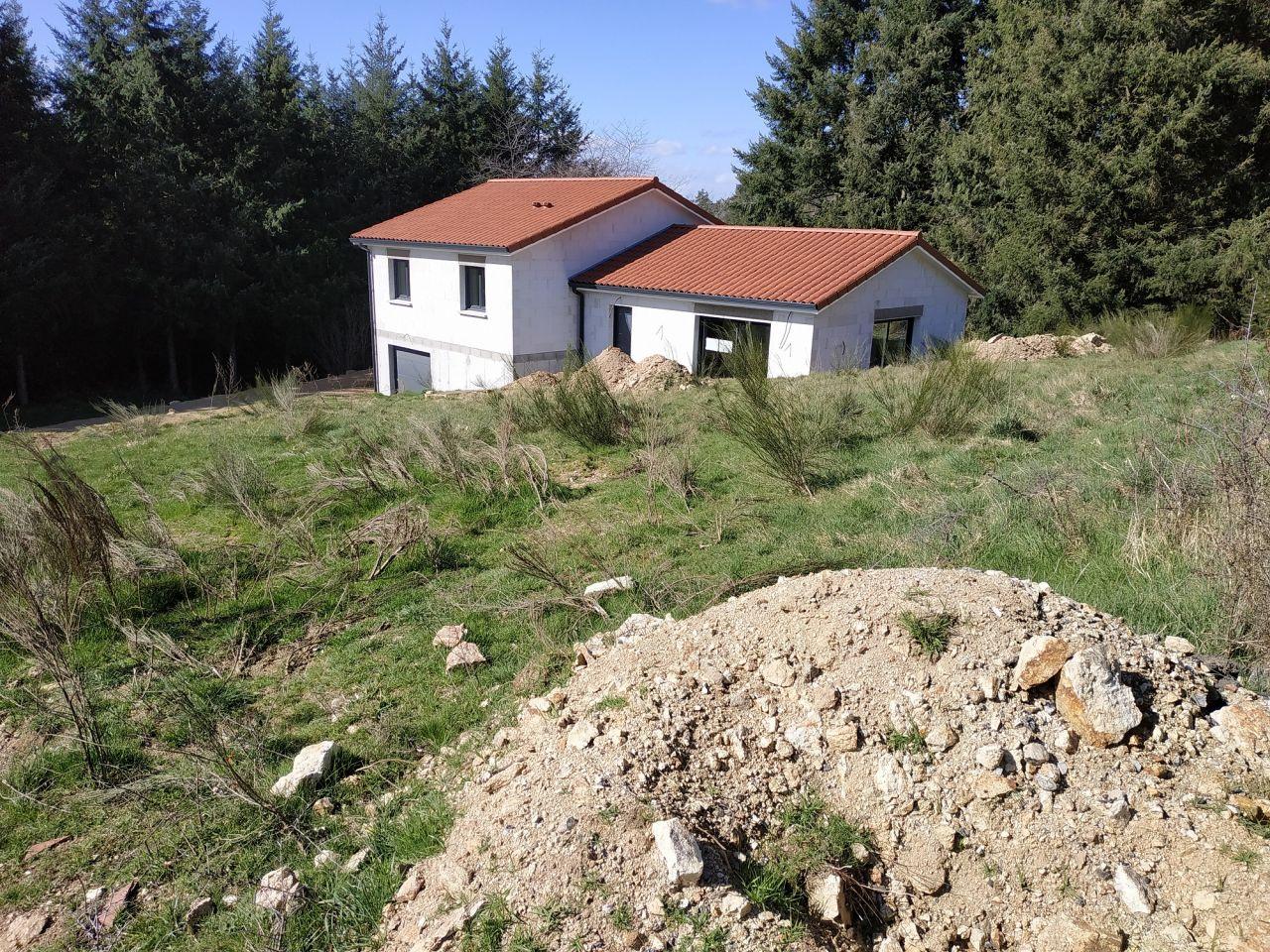 Dernières photos avant le terrassement du terrain.