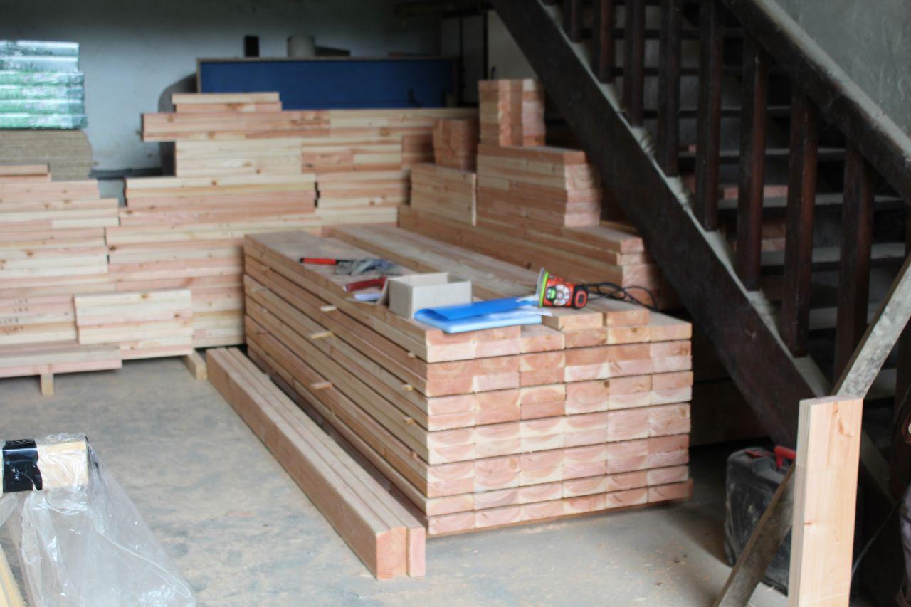 Débit du bois pour les murs : A droite les montants RDC, sous l'escalier les montant de l'étage, au fond les montants de fenêtre...