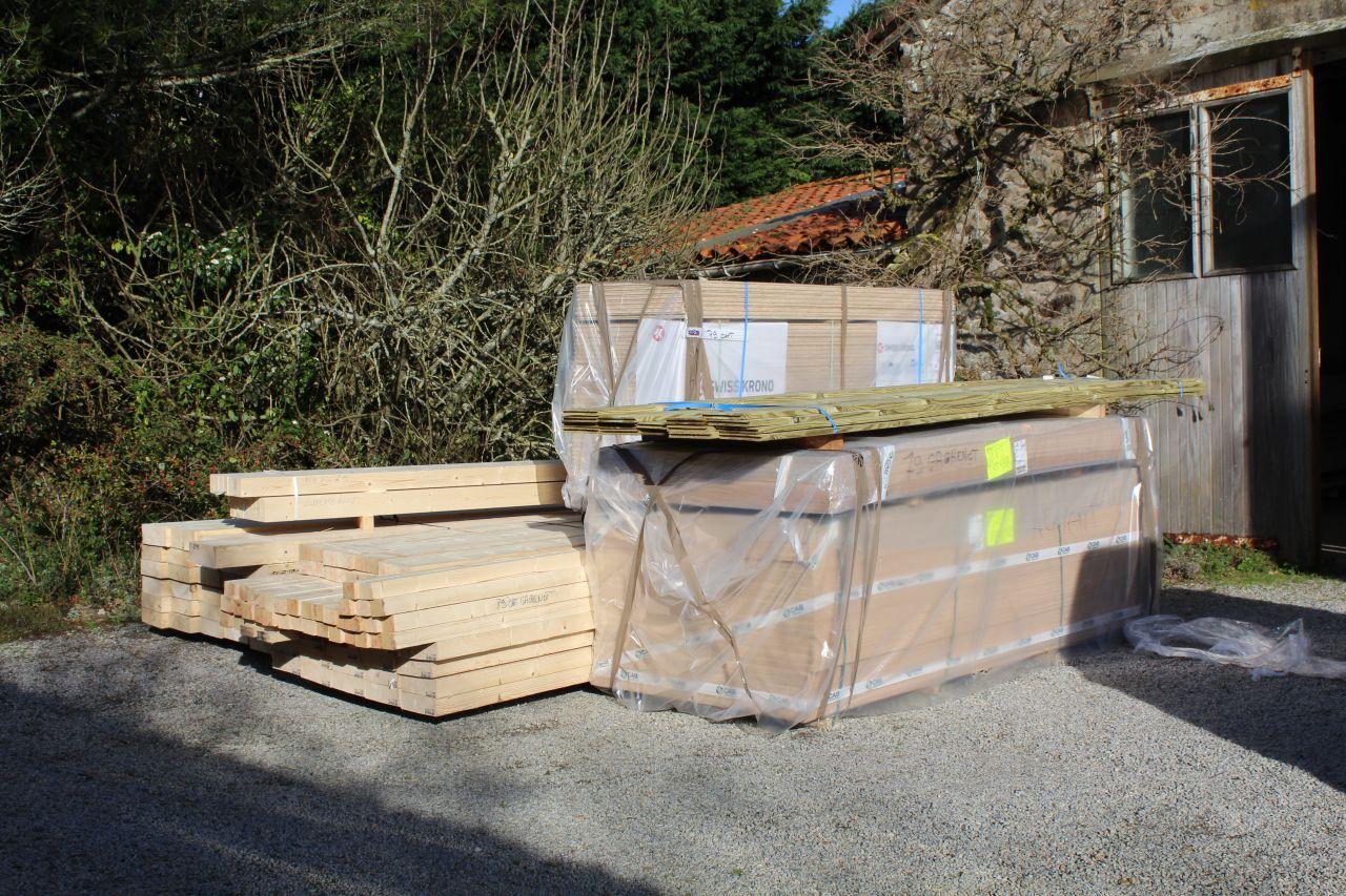 1ère livraison de bois : Solives, pannes chevrons, panneaux de dalle OSB, lamellés-collés porteur, planche de rive de toiture, panneaux de contreventement agepan