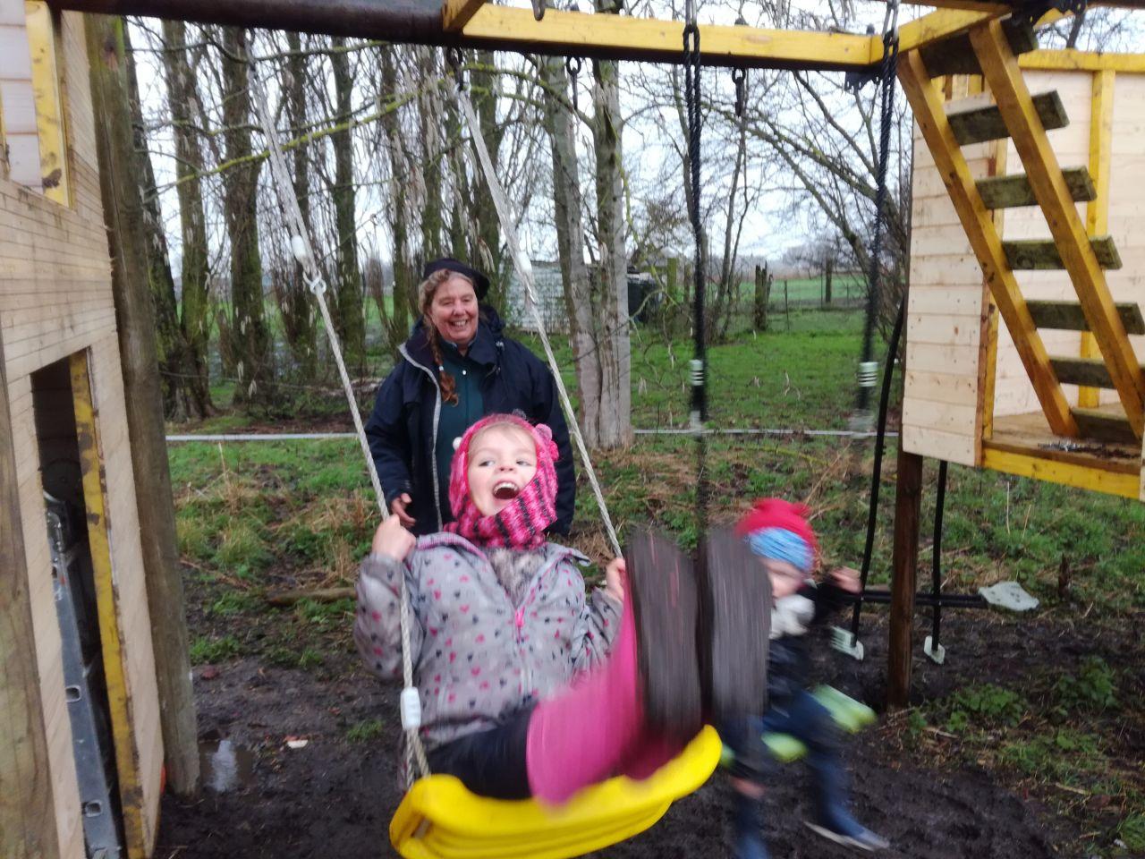 Célia et Thibault s'amusant sur le jeu avec ma mère.