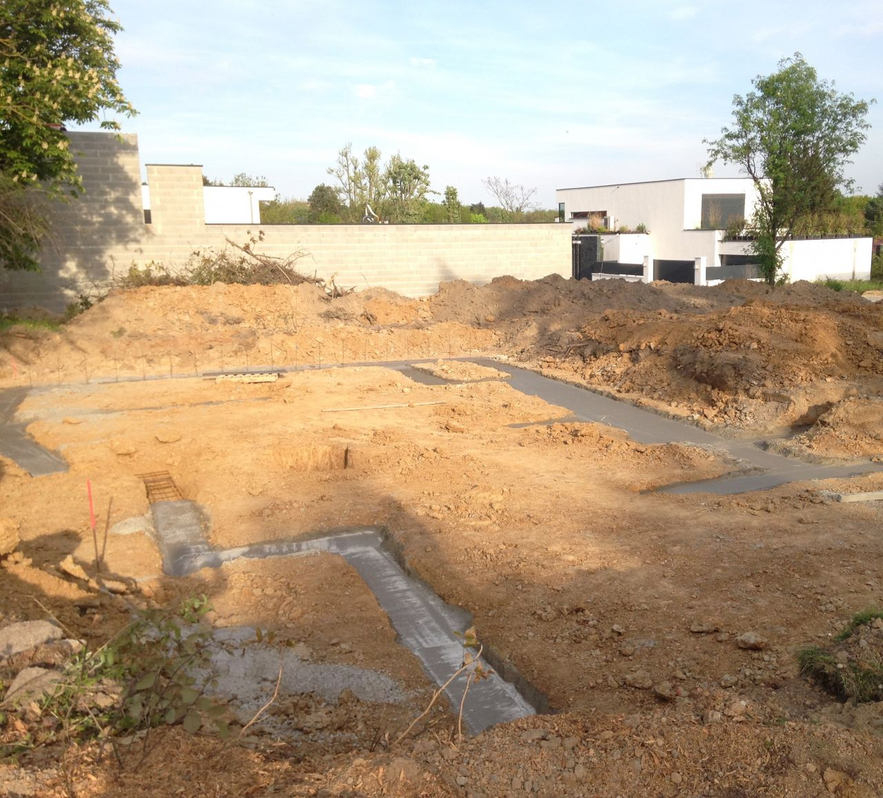 fondations partiellement coulées; cela restera ainsi plus de 3 semaines...