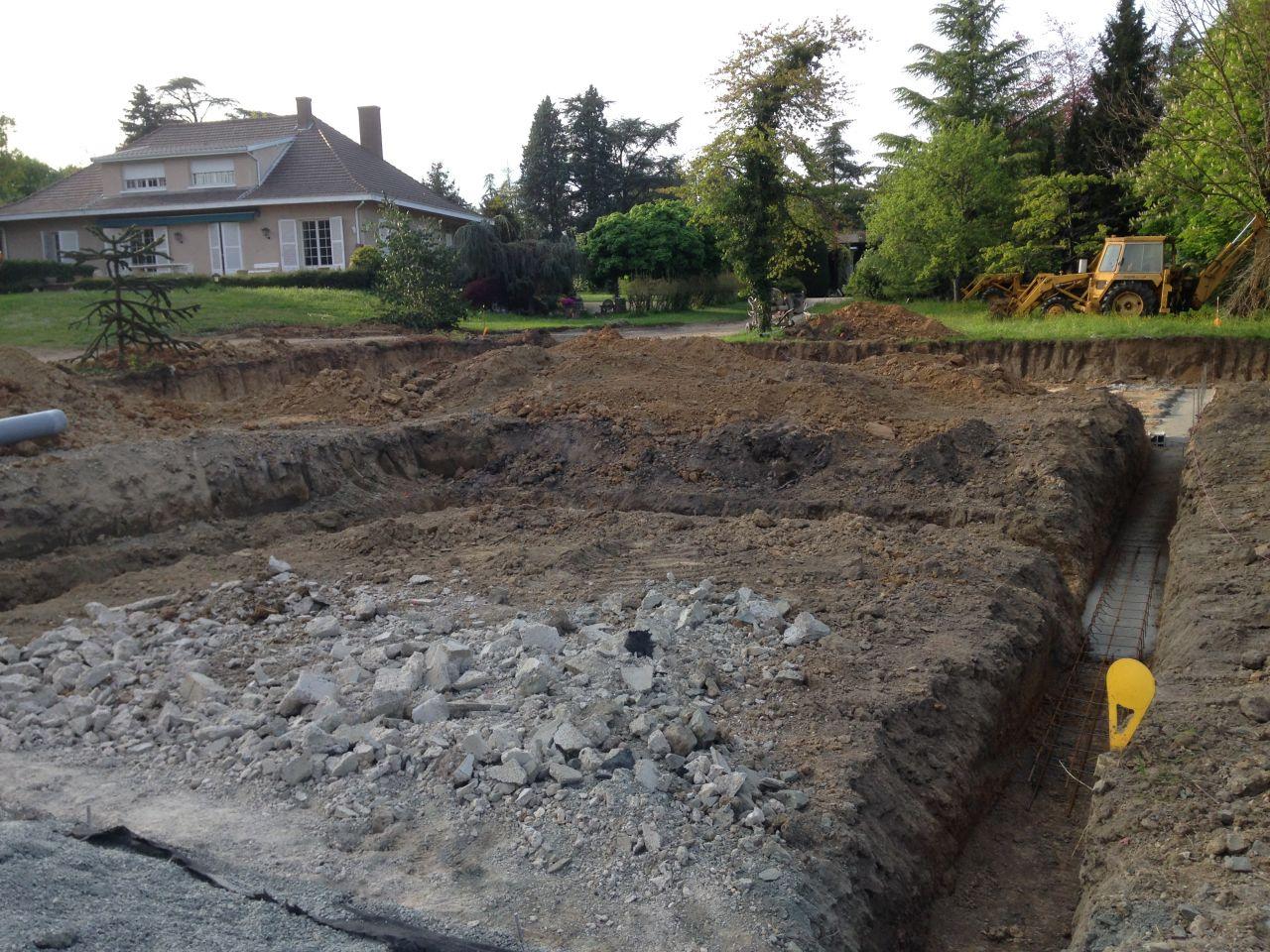 fondations partiellement coulées; cela restera ainsi plus de 3 semaines... <br /> On va dire que c'est un peu moins important ici, ce sera le garage, indépendant... Un début de chantier Selection Artisanale...