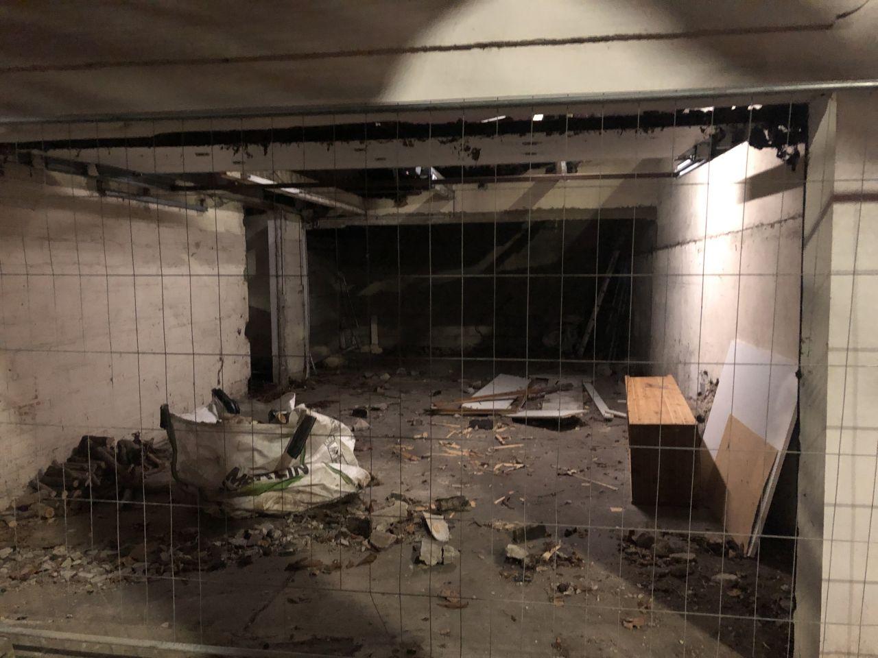 Après le premier jour de démolition le garage est partiellement démoli