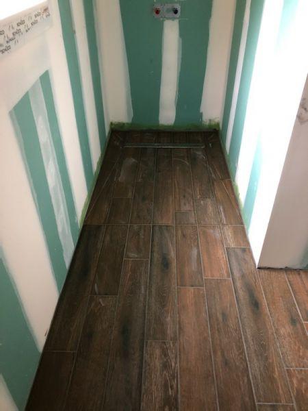 Carrelage salle de bain / douche en pose droite avec caniveau.