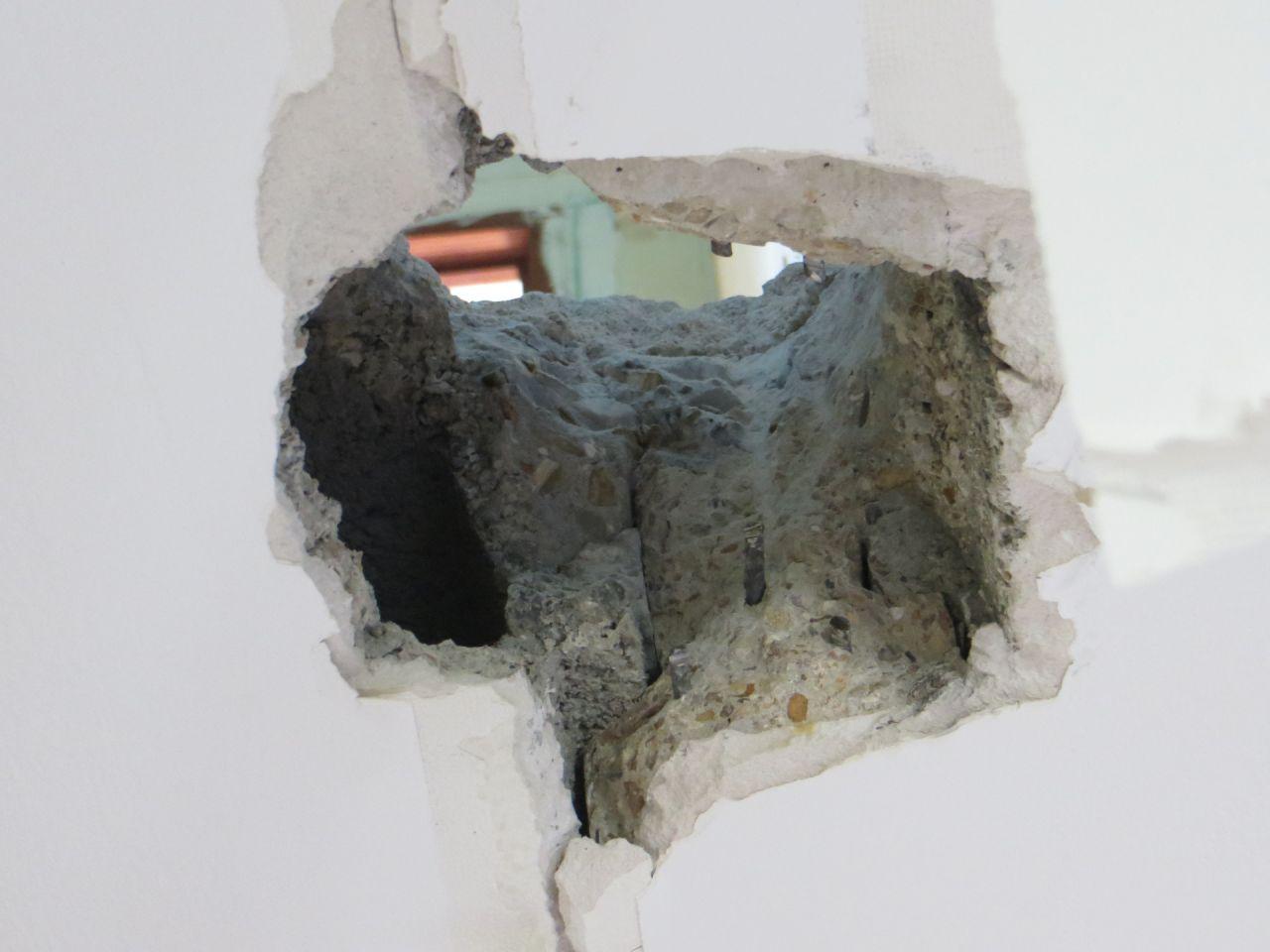 Trou dans le plafond de la cuisine, afin de faire passer une gaine VMC. Il traverse malencontreusement une poutrelle.