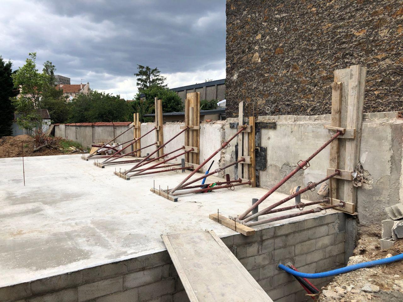 Découpe complète du mur mitoyen et coulage des piliers de soutien sur toute la hauteur