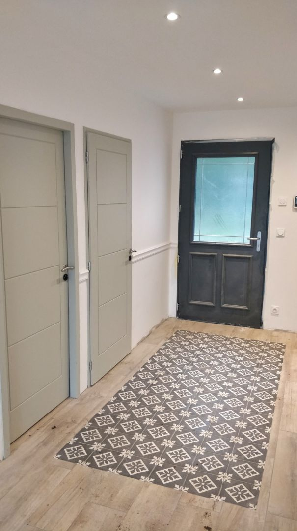 L'entrée presque terminée, avec la porte d'entrée déprotégée, les portes intérieures posées, etc ...