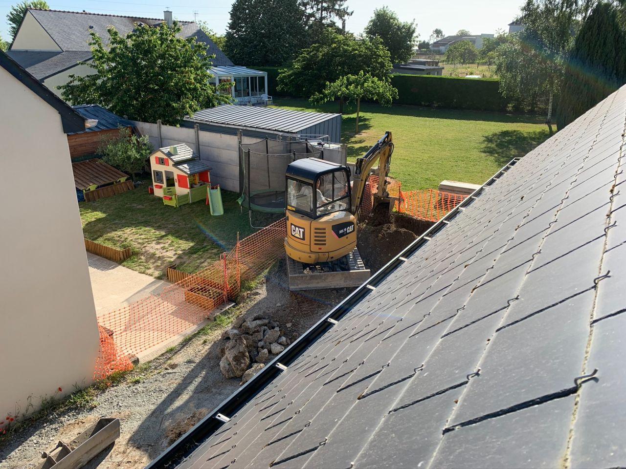 Début du terrassement pour creuser les fouilles côté garage.