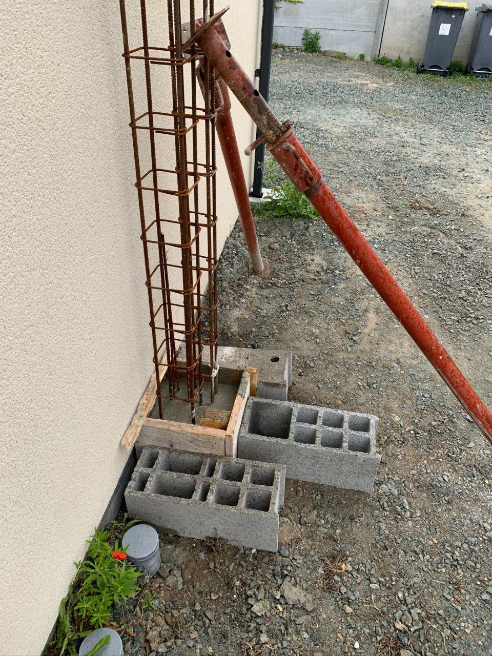 Fondation du poteau béton pour le préau.