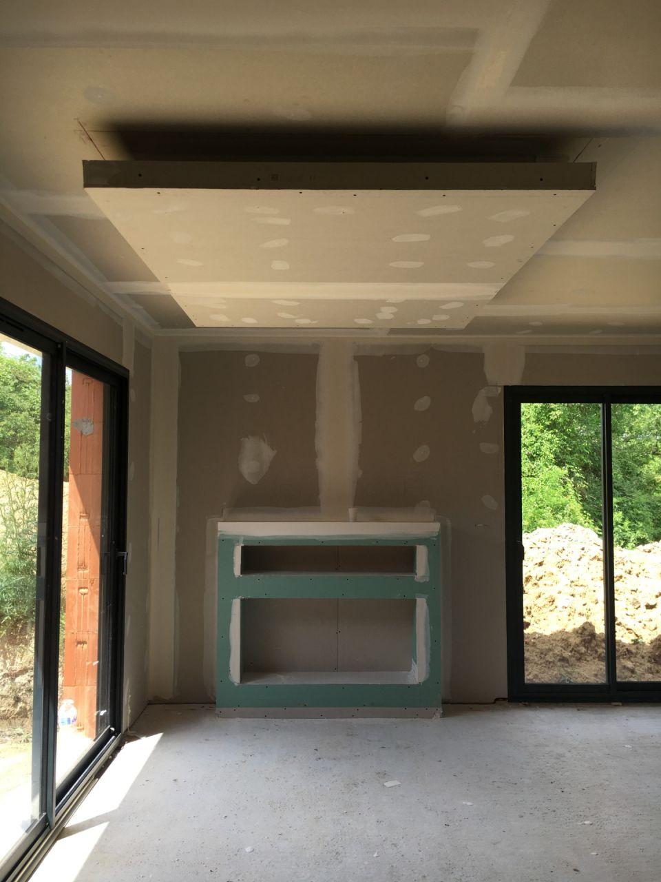 Notre petit extra, le faux plafond du séjour et le meuble télé / cheminée
