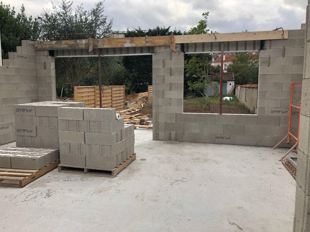 Élévation des murs du rez-de-chaussée en cours en façade arrière