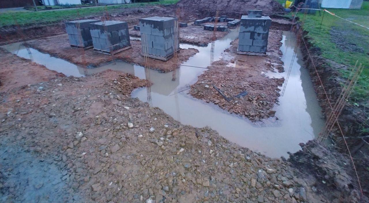 coulage des fondations juste terminé, les fondations sont sous l'eau.