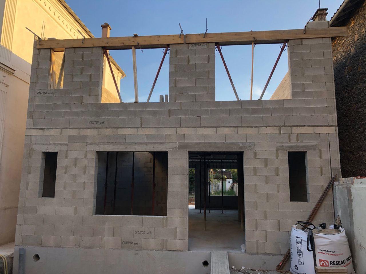 Réalisation des linteaux au dessus des fenêtres de l'étage côté rue