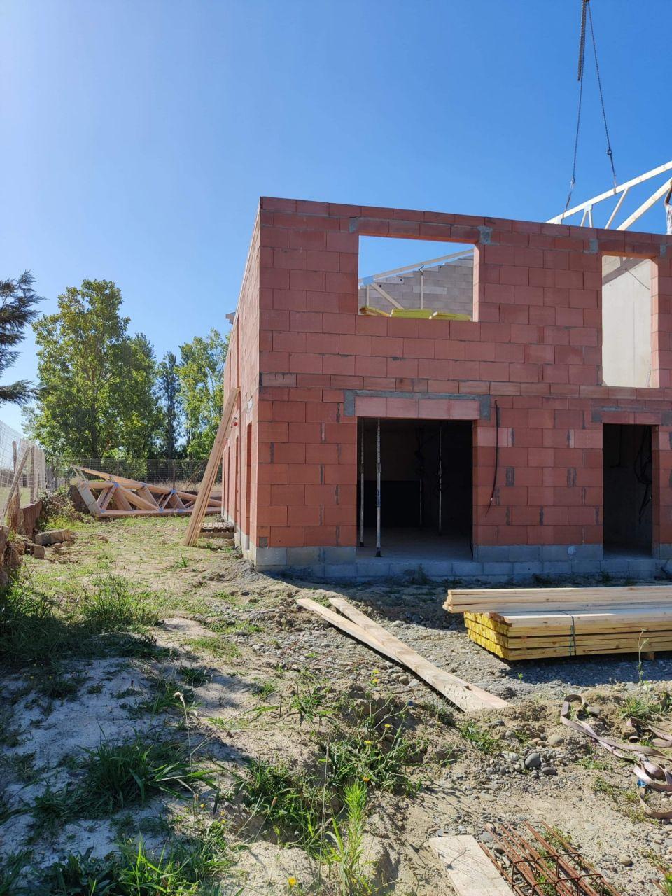 Notre future maison sortie de sol, pose de la toiture en cours
