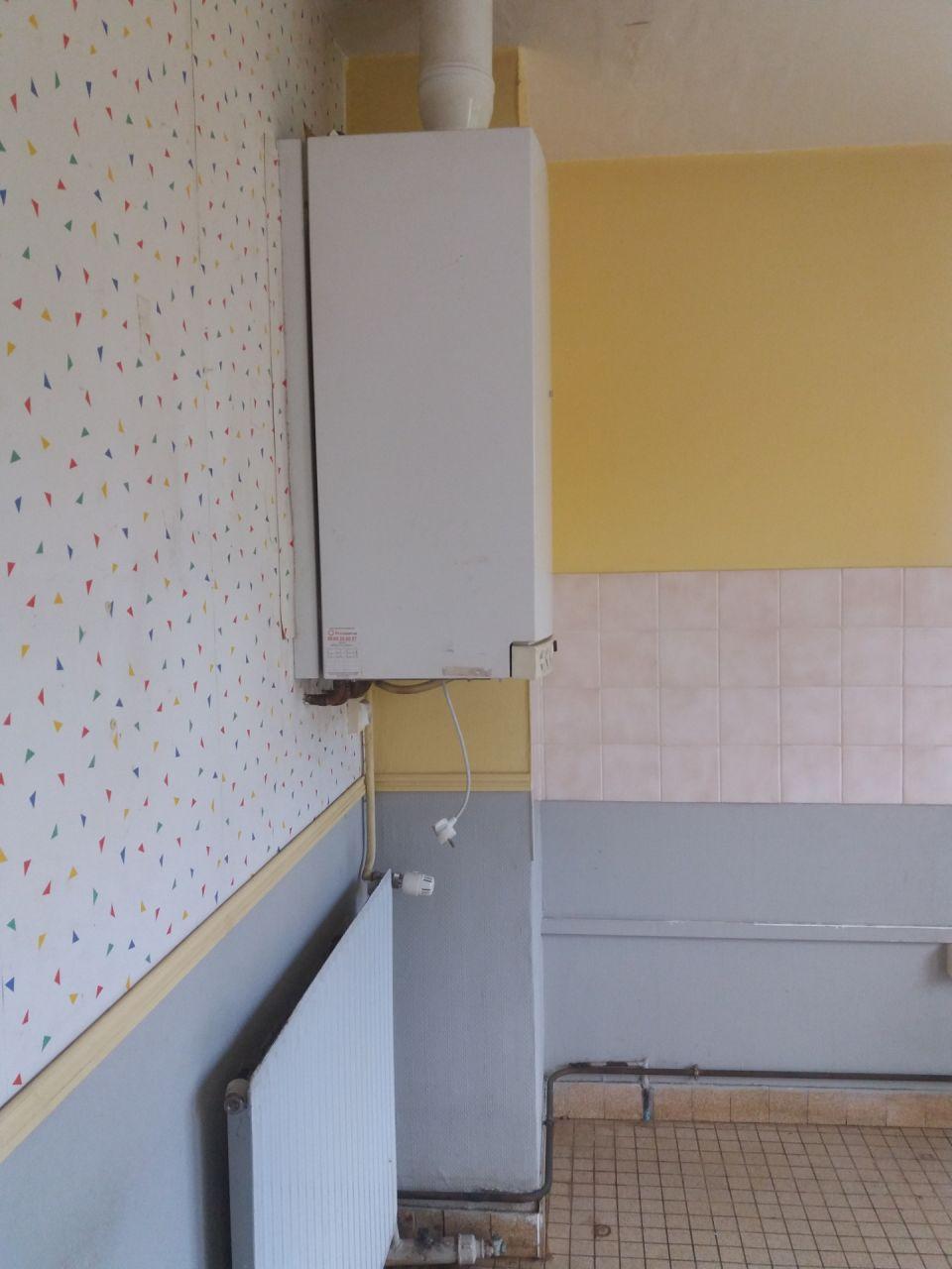 cuisine actuellement - l'emplacement de la chaudière restera le même, le radiateur lui va être déplacé dans le couloir ou retiré