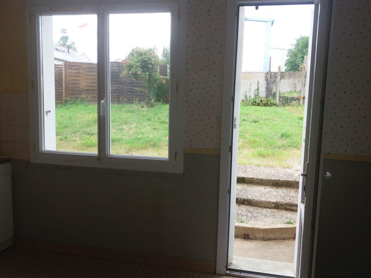cuisine actuellement _ porte fenêtre avec le seul accès au jardin, allège sous la fenêtre de 80cm