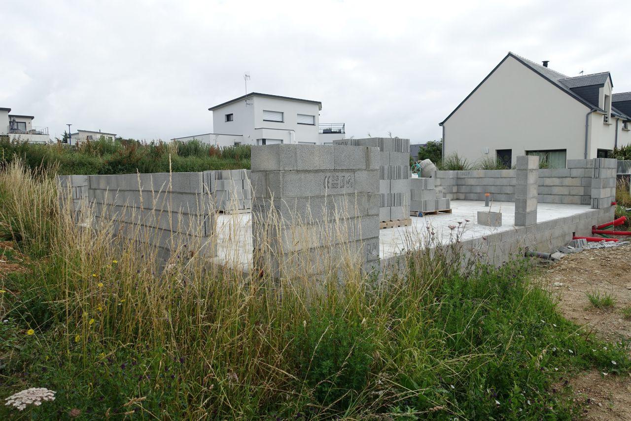 Après 3 semaines de séchage de la dalle du RDC, début de l'élévation des murs
