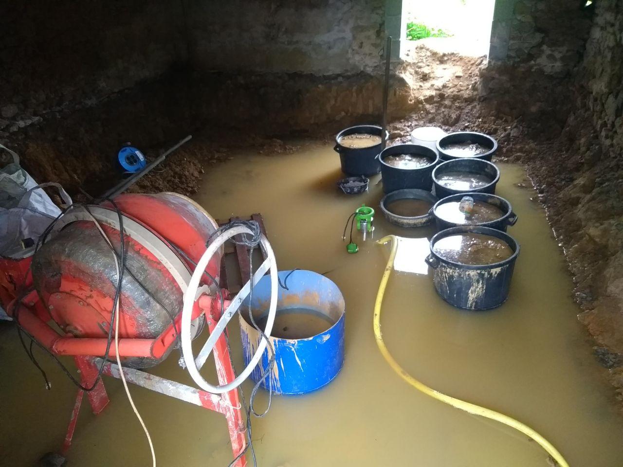 Les fouilles sont terminées <br /> La covid est passée, arrêt du chantier <br /> il pleut, beaucoup et longtemps ... c'est inondé  <br /> Heureusement il y a une pompe vide cave qui permettra de sortir plus de 3000 L d'eau sale. Mais le sol, très argileux, nécessitera plusieurs semaines de séchage avant d'être praticable sans s'enfoncer jusqu'aux chevilles. <br /> Ces inondations auront lieu deux fois ... première fois, environ 10 jours après les fouilles, la seconde la veille de la date prévue pour la reprise des travaux ... décalés de nouveau jusque mi juillet :(