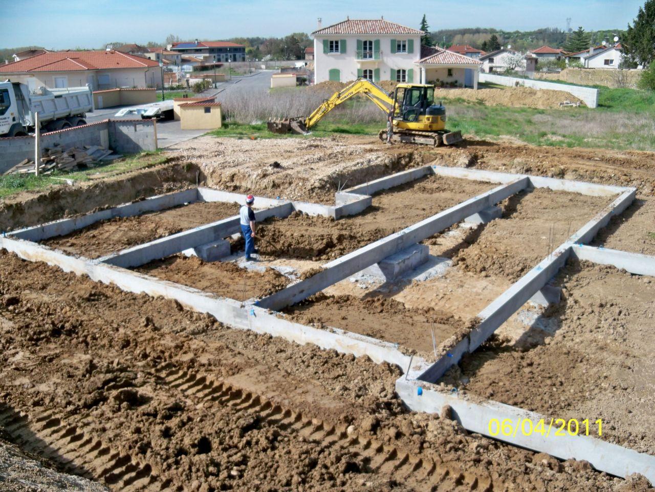 Longrines posées sur pieux et terre remblayée.