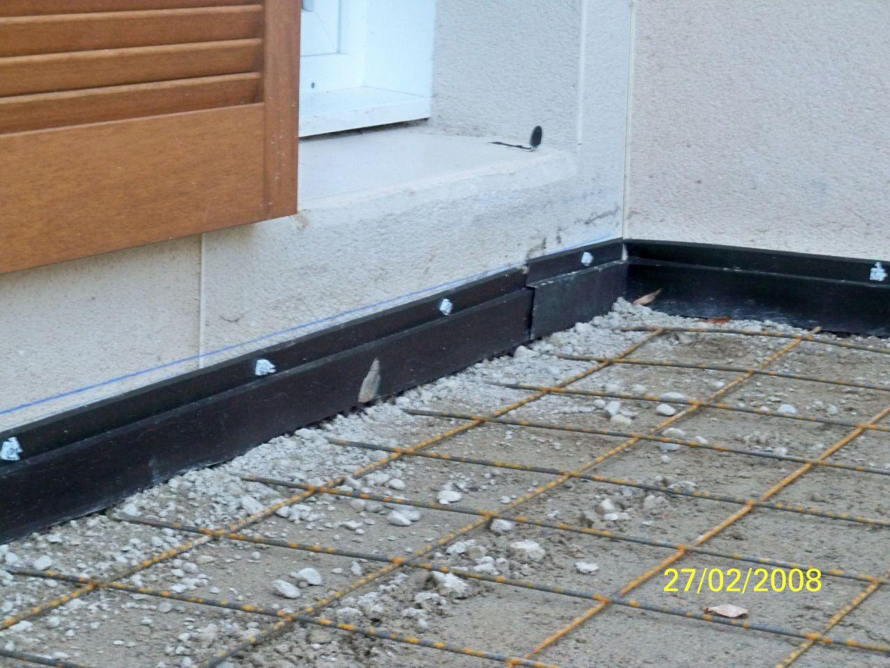 Selon accord avec le constructeur, pose d'une géomembrane étanche en bas des murs est et sud. Préparation de la dalle pour la terrasse. <br /> Attention, erreur de date, appareil photo mal réglé à l'époque.