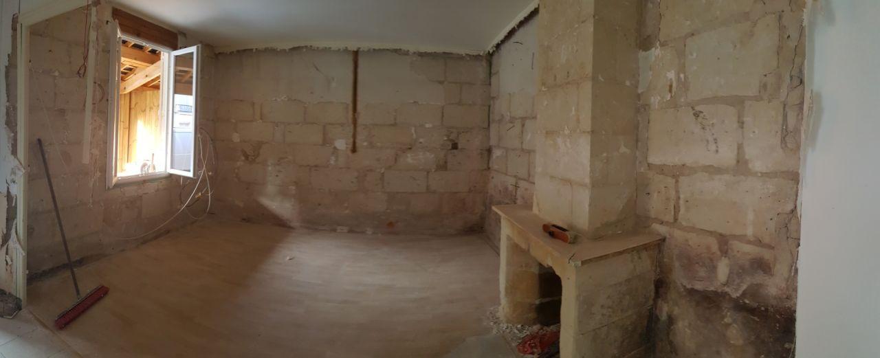 Tuffeau apparent dans le salon. Le plafond s'effondre à droite.
