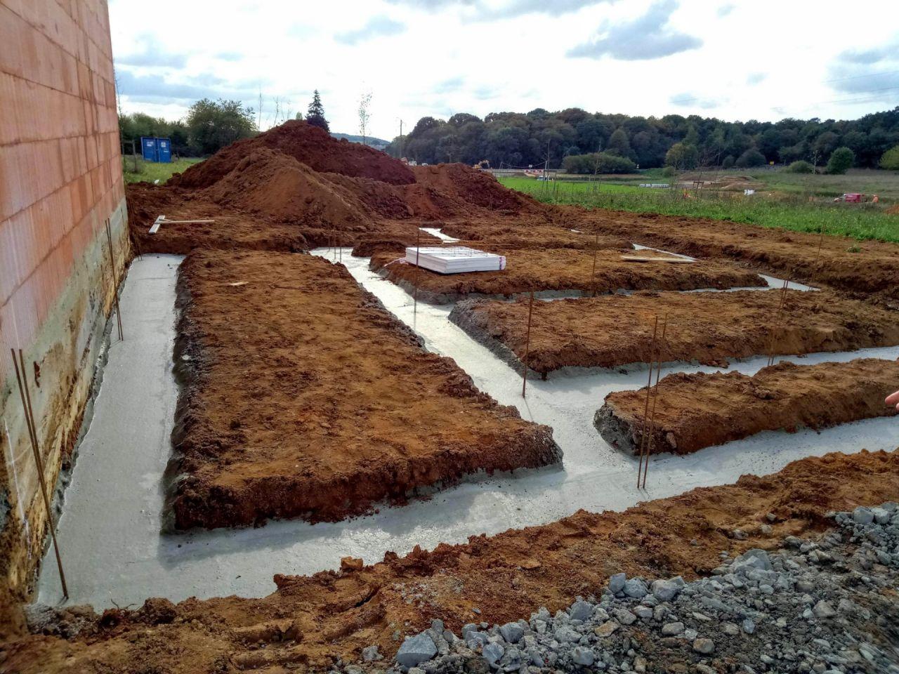 Cela démarre vite. Tout va bien pour le moment. Nous croisons les doigts car la construction d'une maison n'est pas toujours un long fleuve tranquille pour les futurs propriétaires.