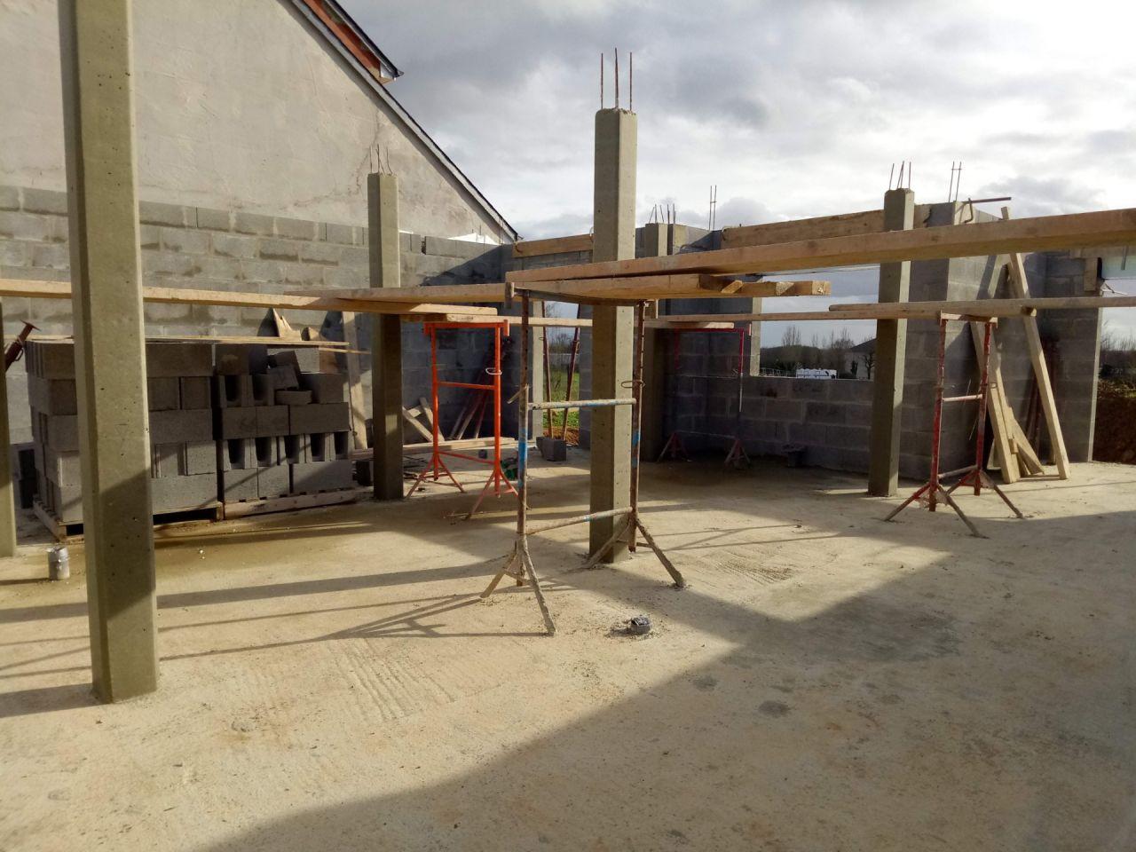 6 poutres verticales vont soutenir l'étage. 3 poutres seront dans le garage, 2 dans des placards et une seule restera visible et sera dans la cuisine.