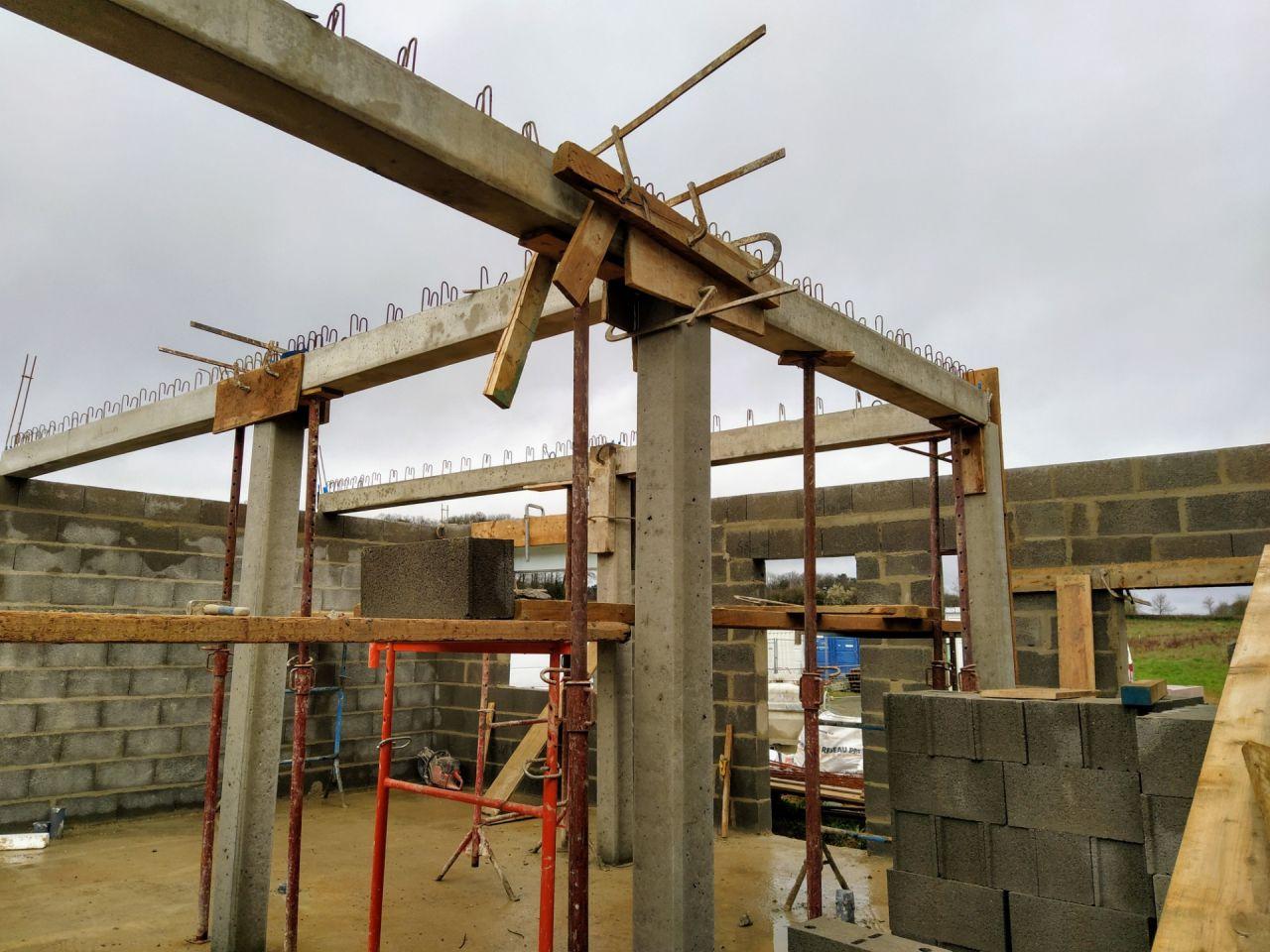 Les poutres horizontales sont mises en place pour supporter l'étage.
