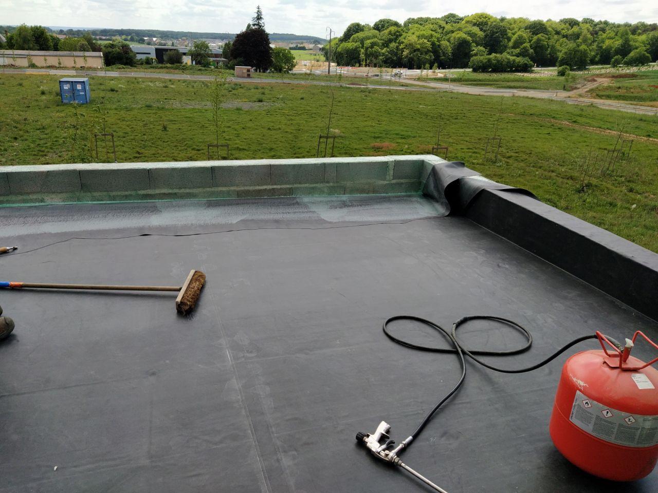"""Installation de la couverture pour la partie arrière """"toit plat au dessus du séjour"""