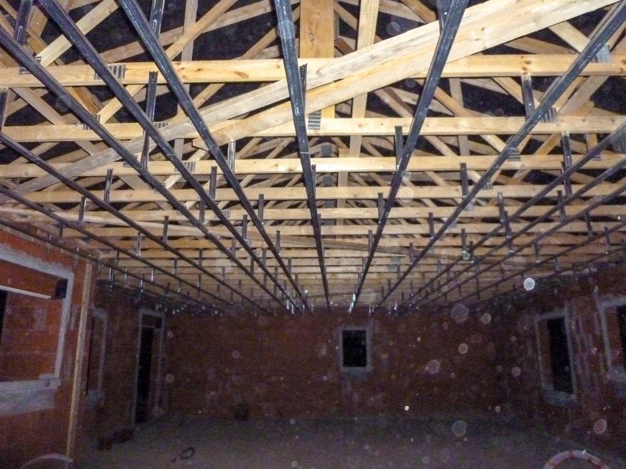 Pose des rails au plafond.