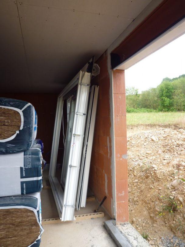 Surprise du jour : les baies vitrées ont été enlevées ! <br /> Le maçon est revenu baisser les seuils.