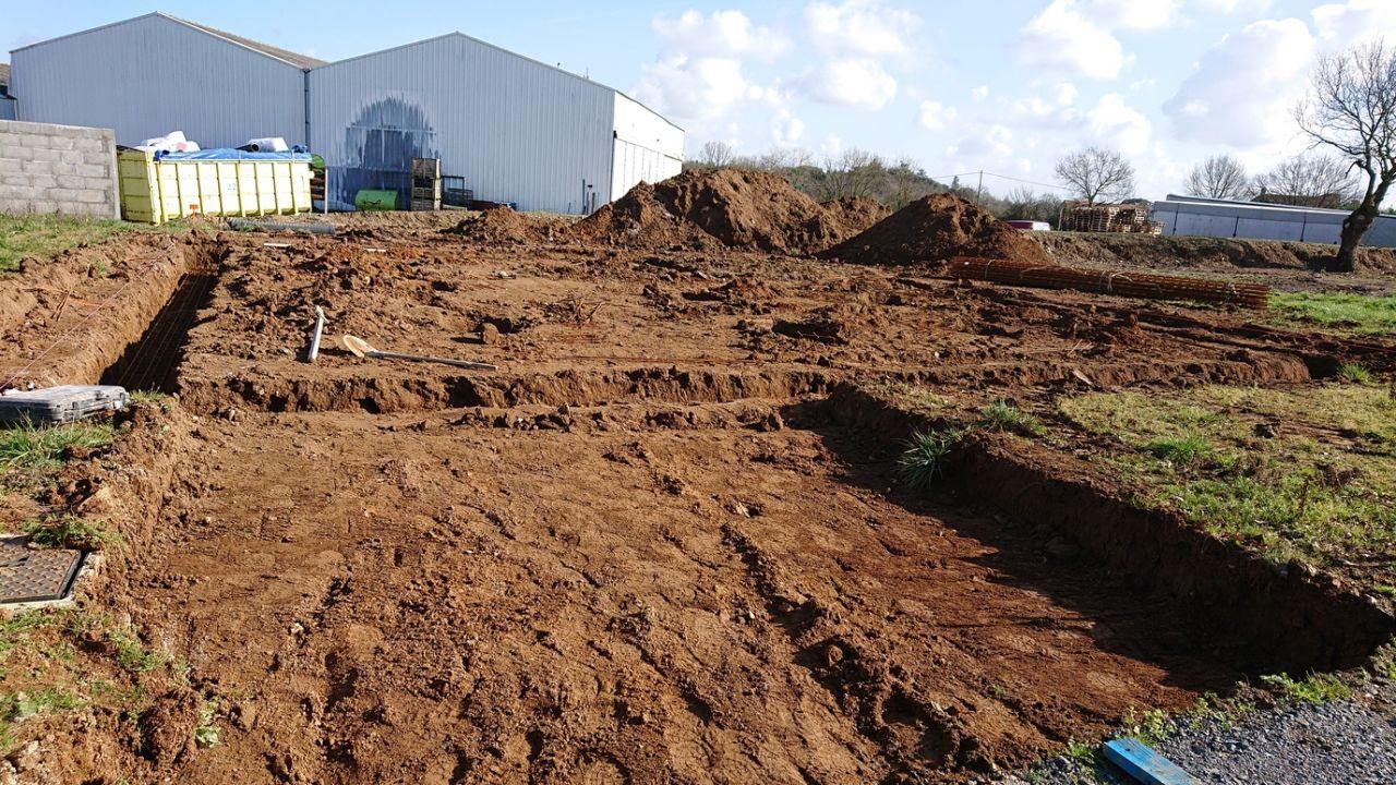 Le chantier après une matinée de travail, le maçon attend la toupie.