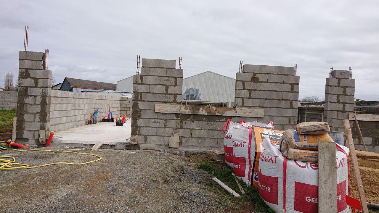 Élévation des murs en cours.